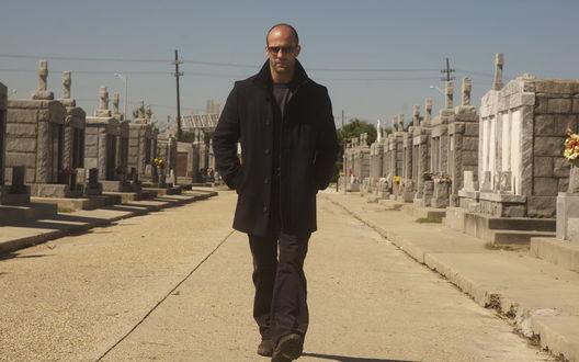 Обои Джейсон Стэтхэм прогуливается по кладбищу