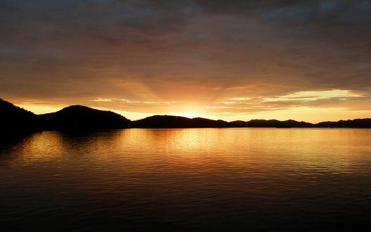 Обои Золотистый закат над морем