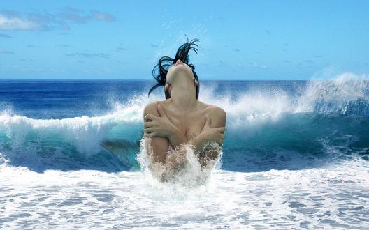 Обои Голую девушку захлёстывают волны в море