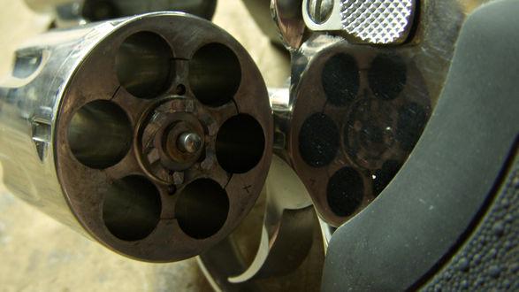 Обои Незаряженный револьвер