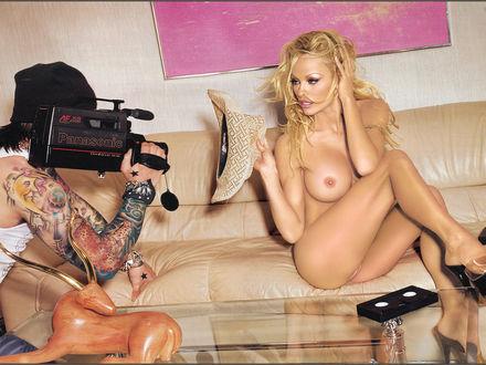 Обои Pamela Anderson и снимающий её оператор в татуировках
