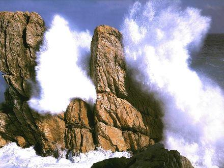 Обои Волны с яростью бьются о скалы, порождая горы пены