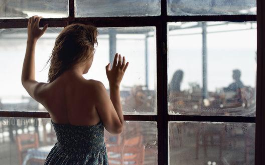 Обои Девушка смотрит через окно как ее парень обедает с другой