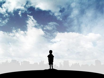 Обои Мальчик смотрит на большой город в тумане