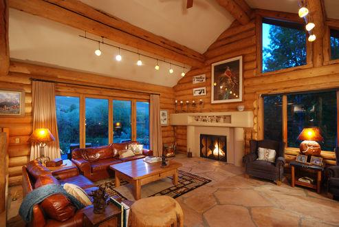 Обои Деревянная гостиная с камином и кожаными диванами