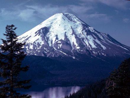 Обои Гора с заснеженной вершиной, внизу тихая гладь небольшого озерца и красивые ели
