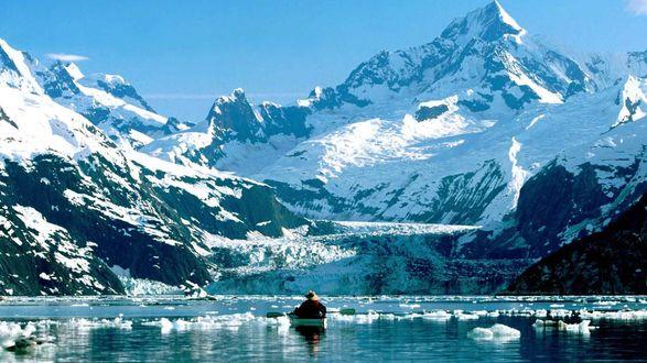 Обои Мужчина в байдарке плывёт по пока ещё не совсем замерзшему заливу