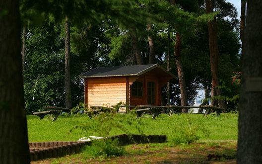 Обои Крохотный домишко в окружении большого количества скамеек