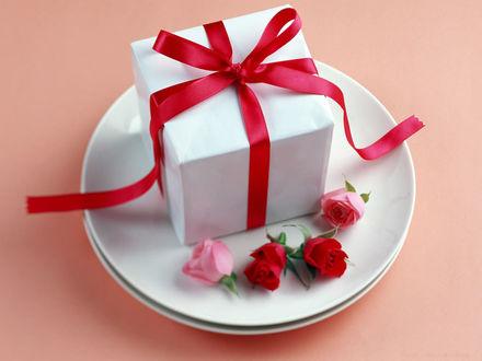 Обои На тарелке подарок ,перевязанный красной ленточкой, и бутоны роз...