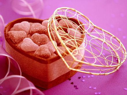 Обои Мармеладки в виде сердечек в красивой коробочке в виде сердца...