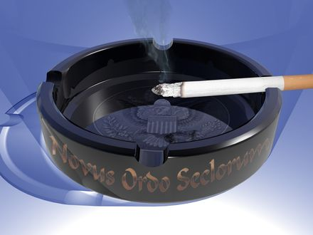 Обои Дымящаяся сигарета в красивой пепельнице с надписью :'Novus Ordo Seclorum' и гербом на донышке