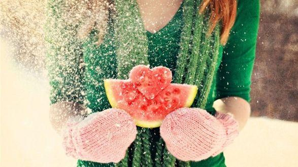 Обои Отличные обои на Валентинов день-Девушка держит  вырезанное из арбуза сердечка и хоть и зима, идёт снег, но согревает горячая любовь, полыхающая в её сердце