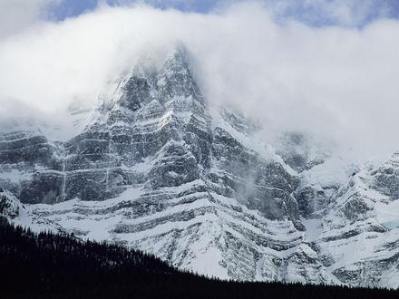 Обои Белая гора в тумане