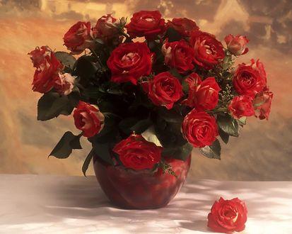 Обои Букет красных роз в вазе