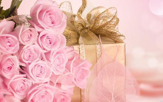 Обои Розовые розы и подарочек к празднику