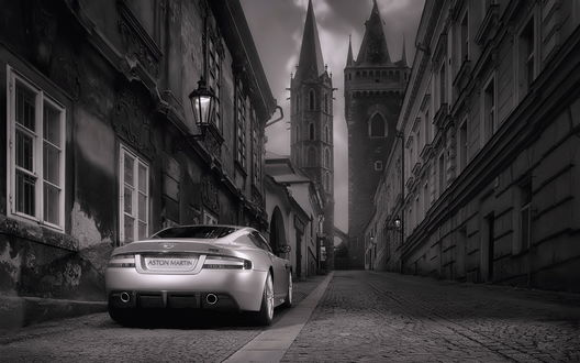 Обои Aston Martin в старом городе