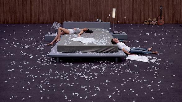 Обои Happy end наступивший после долгого и утомительного боя подушками