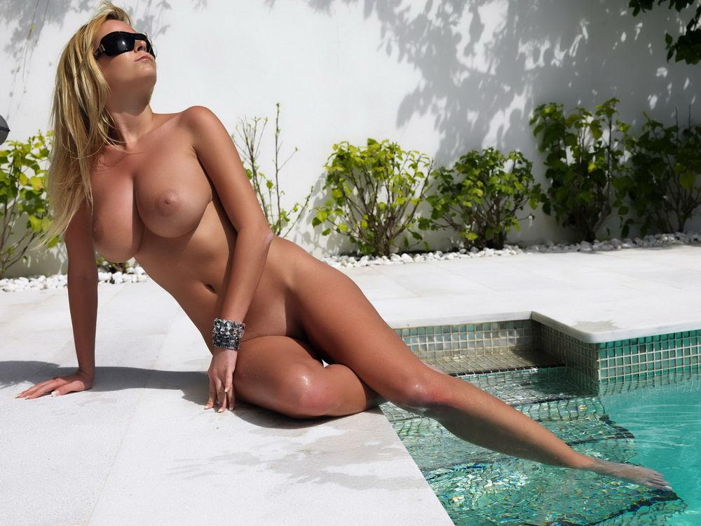 голые девушки в бассейне j фото