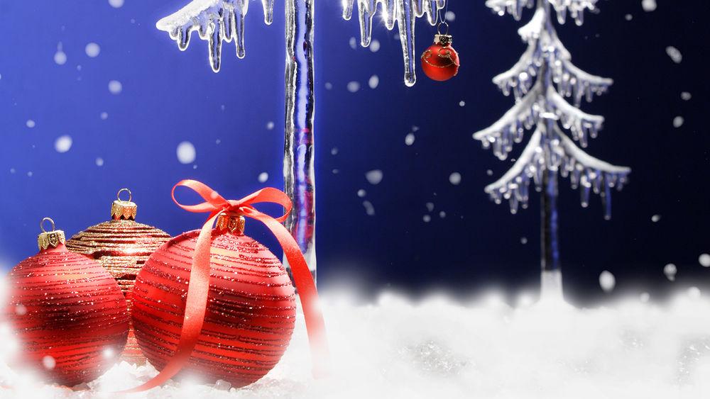 Обои для рабочего стола Ледяные ёлочки и красные шарики
