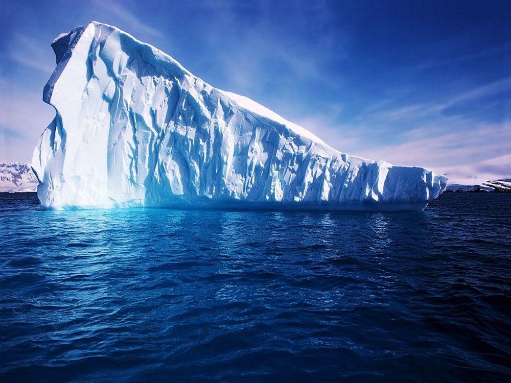 Обои для рабочего стола Арктические льды, одино проплывает большущий айсберг