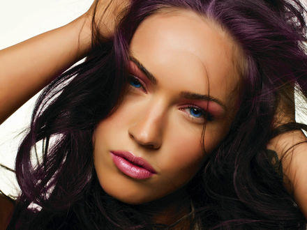 Обои Megan Denise Fox / Меган Фокс поправляет волосы