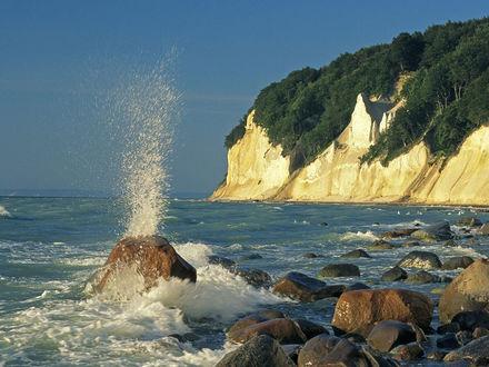 Обои Волны бьются об отвесные скалы и прибрежные камни