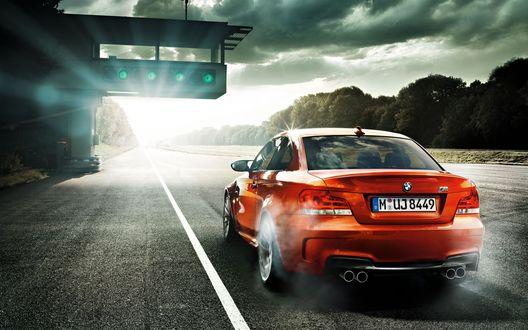 Обои Загорелся зеленый свет и красная BMW M UJ 8449 готова сорваться с места