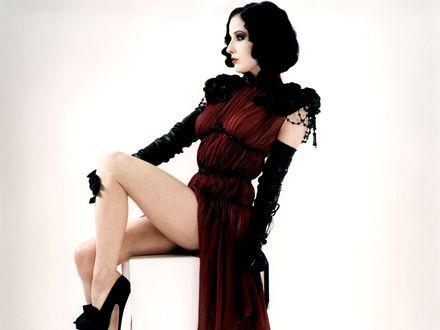 Обои Dita Von Teese в оригинальном платье