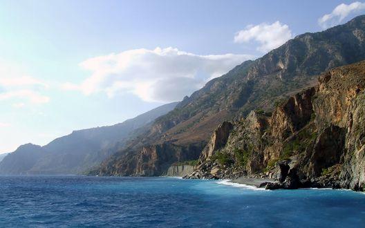 Обои Скалистые горы,  у подножья которых, море