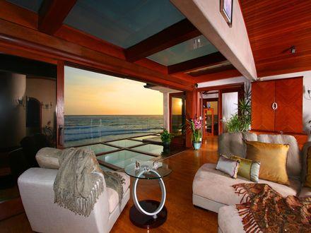 Обои Гостиная с огромным окном и видом на море