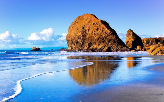 Обои Берег моря с огромными скалами
