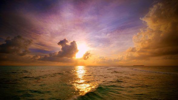 Обои Яркое, внезапно прорвавшееся сквозь плотные облака, солнце освещает водную гладь