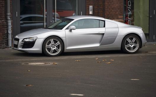 Обои Серебристая Ауди/Audi припаркована у магазина