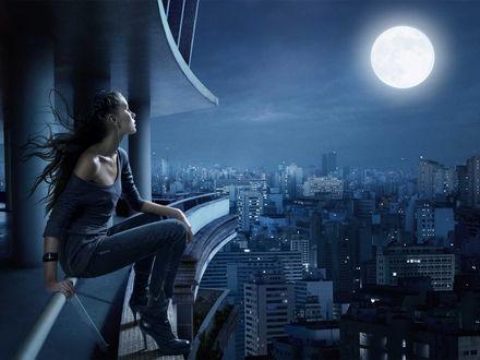 Обои Девушка в наушниках сидит на крыше в полнолуние в мегаполисе