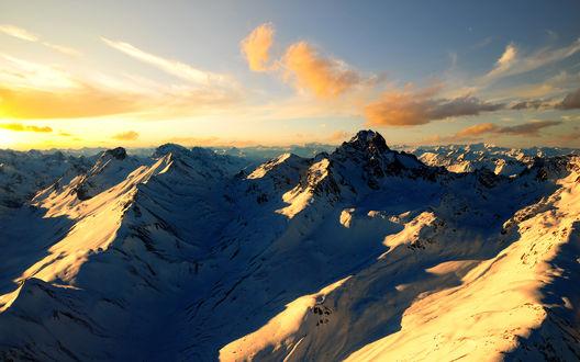 Обои Заснеженные горы в лучах восходящего солнца