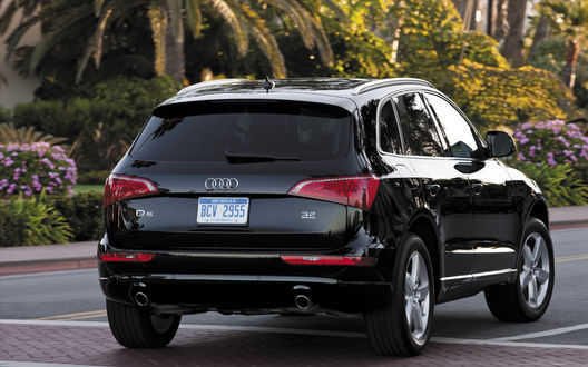 Обои Чёрная Ауди/Audi Q5 на парковке