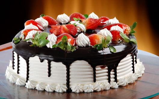 Обои Красивыё клубничный торт