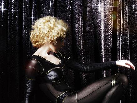 Обои Кайли Миноуг в чёрном костюме