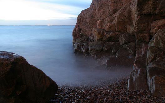 Обои Между скалами туман, как продолжение моря