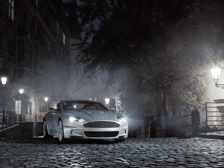 Обои 'Астон мартин' стоит на мостовой посреди ночной улочки
