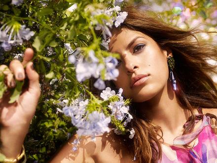 Обои Ева Мендес в цветущем саду