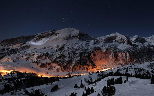 Обои Заснеженные горы, лес и огни деревни внизу