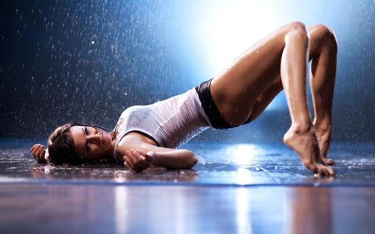 Обои Девушка лежа на спине подняла попу под дождем