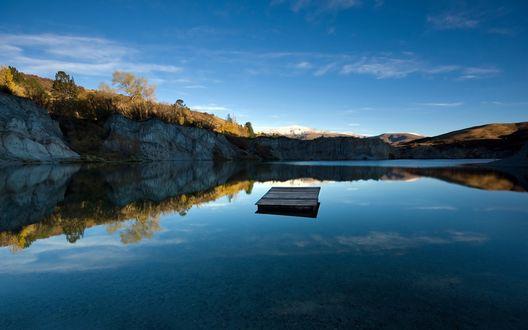 Обои Деревянный плот посреди тихого озера