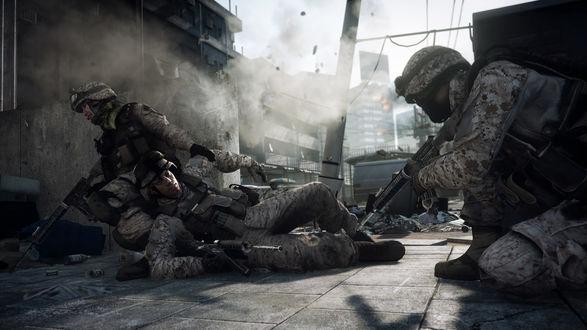 Обои Американские солдаты в игре Battlefield 3 (Бэтлфилд 3) тащат раненного