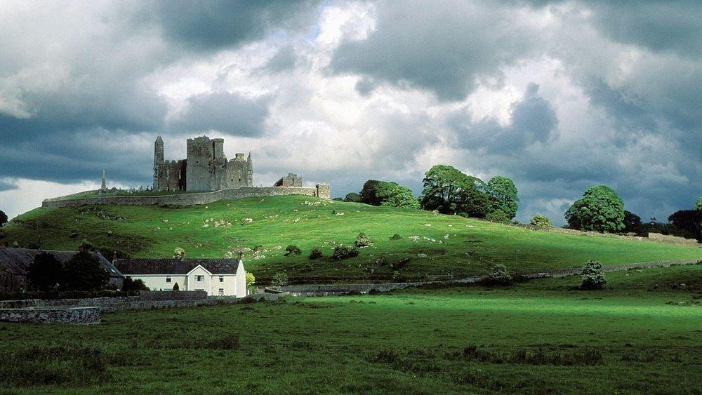 Обои для рабочего стола Замок 'Скала Кашел' / The Rock of Cashel, город Кашел /Cashel, Ирландия