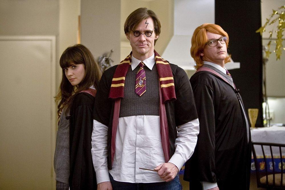 Обои для рабочего стола Джим Керрри в форме Хогвартса в роли Гарри Поттера из фильма «Всегда говори «да» / Yes man»,