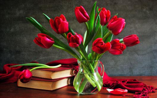 Обои Букет тюльпанов в графине с пузырьками и книги с шалью