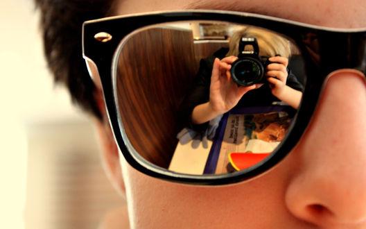Обои В очках отражается человек с фотоаппаратом