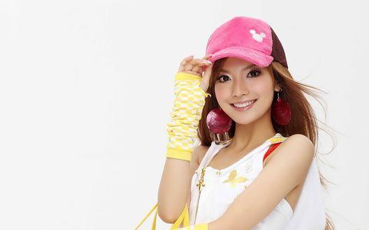 Обои Китаянка в розовой кепке и гетрах